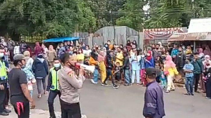 Petugas Satgas Penanganan Covid-19 Kabupaten Bogor membubarkan massa yang berkerumun dalam proses syuting film sinetron ikatan cinta di Kecamatan Megamendung Kabupaten Bogor, Jawa Barat pada Rabu (27/1/2021).