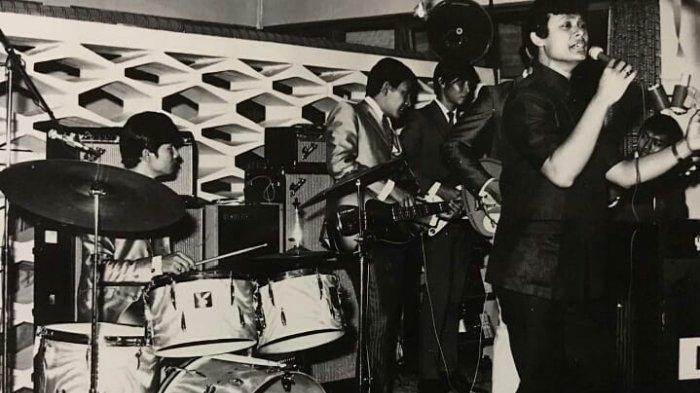 Koes Hendratmo (kanan) bernyanyi di tahun 1970-an