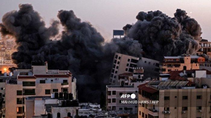 Asap mengepul dari serangan udara Israel di kompleks Hanadi di Kota Gaza, dikendalikan oleh gerakan Hamas Palestina, pada 11 Mei 2021.