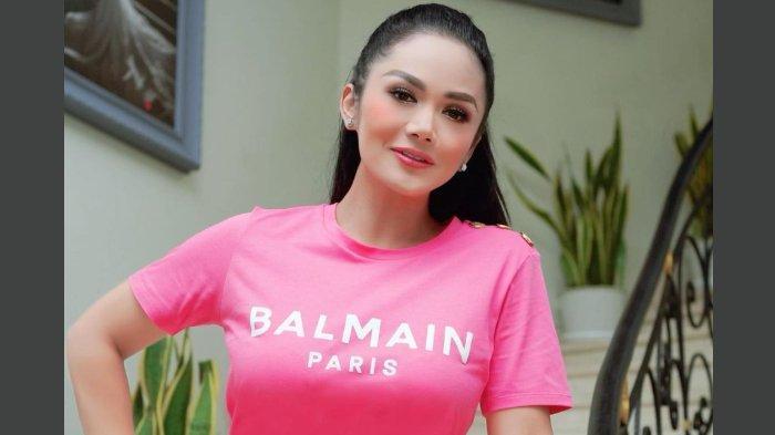 Krisdayanti Pamerkan Kepiawaian Wushu Jurus Kipas, Dapat Pujian Annisa Yudhoyono: 'Keren Banget!'