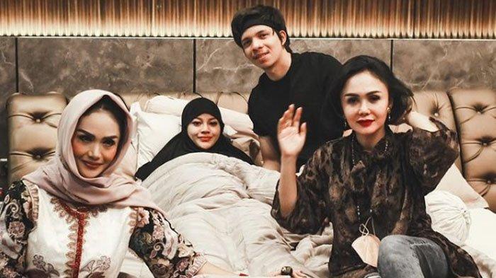 Krisdayanti dan Yuni Shara kunjungi kediaman Atta dan Aurel Hermansyah.
