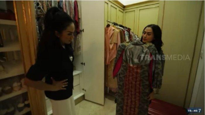 Krisdayanti tunjukkan ruang wardrobe ke Iis Dahlia.