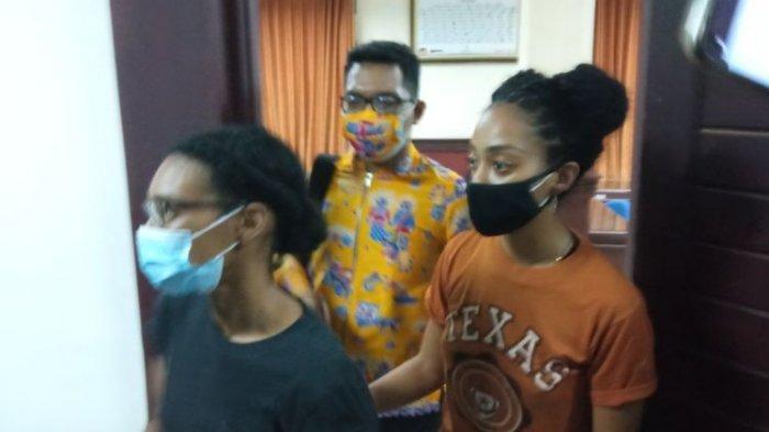 Kristen Antoinette Gray (baju hitam) dan pasangannya Saundra Michelle Alexander (baju kuning) di Kanim Denpasar, Selasa (19/1/2021).