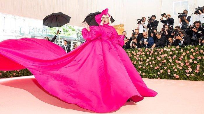 Tampil dalam Balutan Gaun Berwarna Pink, 7 Artis Hollywood ini Pukau Red Carpet Met Gala 2019