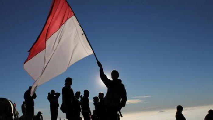 Ilustrasi mengobarkan bendera merah putih, memperingati HUT Kemerdekaan 17 Agustus 1945.