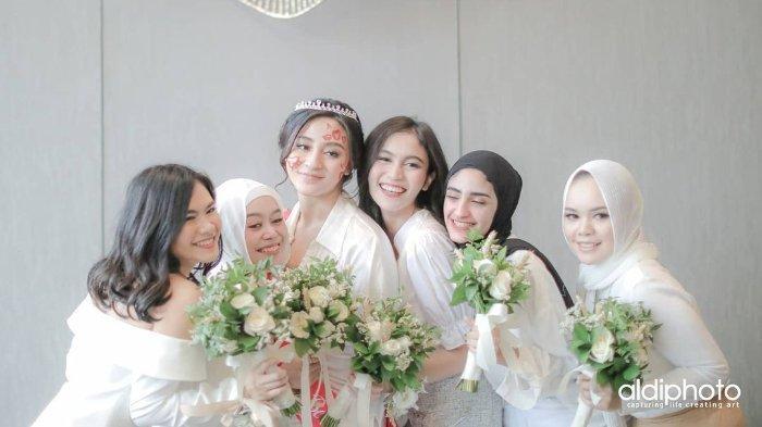 Lesti Kejora jadi bridesmaid pernikahan Ali Syakieb dan Margie Wieheerm.