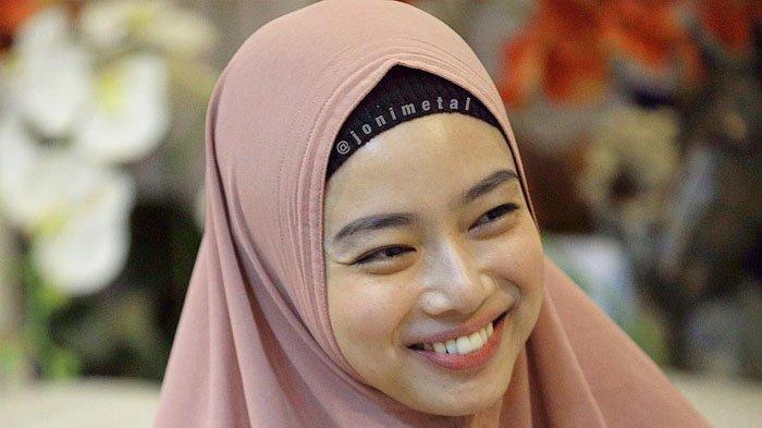 Jadi Sorotan Saat Kunjungi Imam Nahrawi, Berikut Penampilan Lindswell Kwok dalam Balutan Hijab!