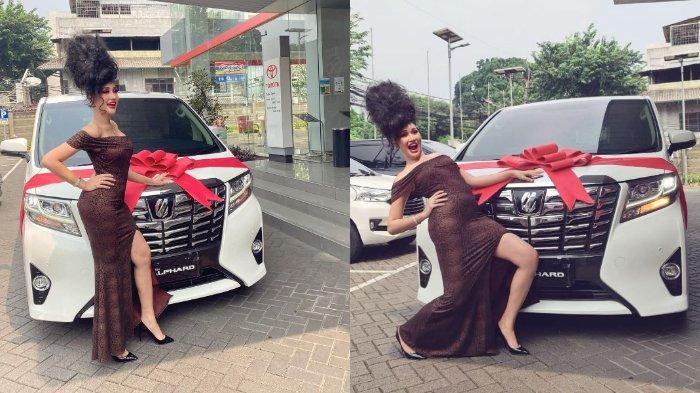 Penampilan cetar Lucinta Luna saat pamer mobil baru