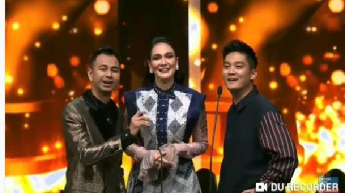 luna-maya-bersama-raffi-ahmad-dan-boy-william-di-panggung-indonesian-movie-actors-awards-2019.jpg