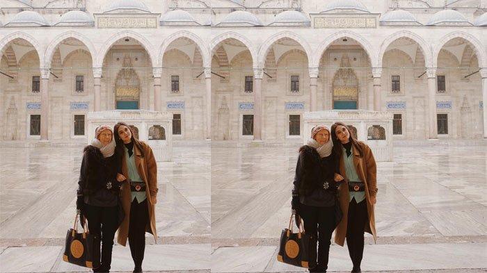 Luna Maya dan mama saat liburan ke Istanbul.