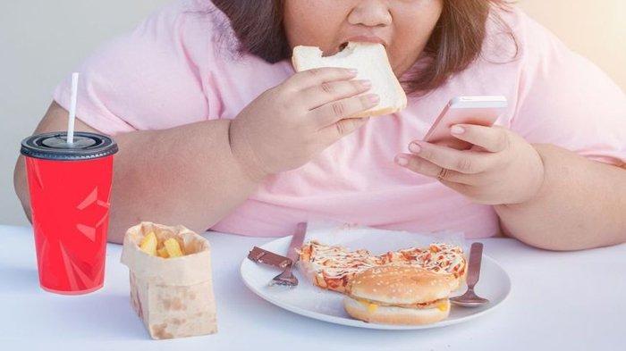 Bahaya Makan Sambil Main Ponsel, Ini yang Akan Terjadi pada Tubuh Jika Terus Melakukannya