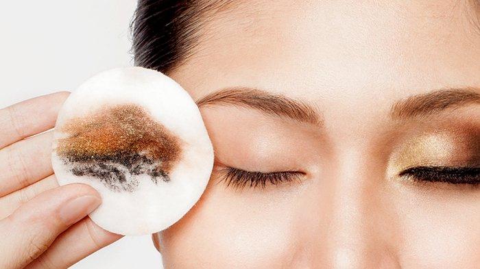 Hasil gambar untuk Jangan lupa membersihkan sisa makeup