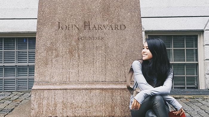 Maudy Ayunda di depan patung John Harvard
