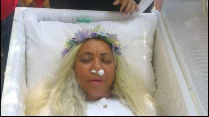 AKSI Tak Biasa Wanita Ini Gelar Gladi Resik Pemakamannya, Terbaring di Peti Pakai Baju Serba Putih