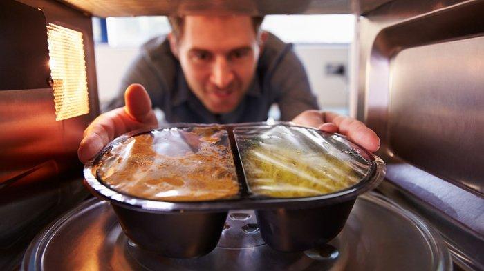 Memanaskan makanan dengan microwave