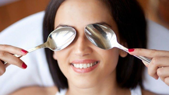 Cara Menghilangkan Mata Panda Menggunakan Sendok, Yuk Lakukan di Rumah! -  Halaman all - TribunStyle.com