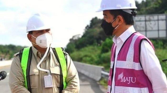 Menhan Prabowo Subianto dan Presiden Jokowi saat meninjau sodetan akses jalan menuju rencana ibu kota negara (IKN) di Provinsi Kalimantan Timur.