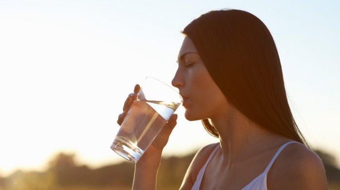 Ilustrasi cukupi kebutuhan minum air putih.