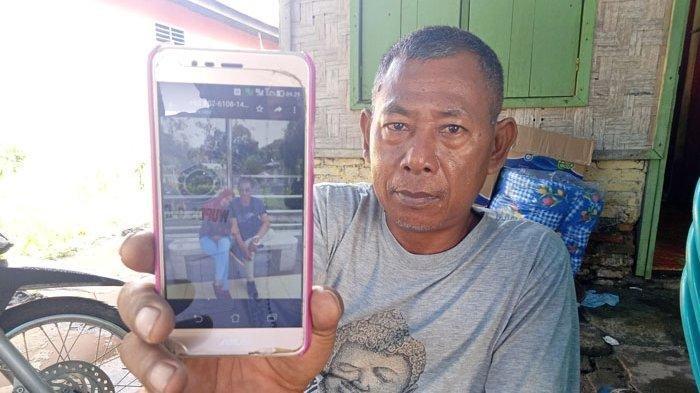 Miswan menunjukkan foto masa hidup anaknya dan tunangannya Selasa, (15/12/2020).