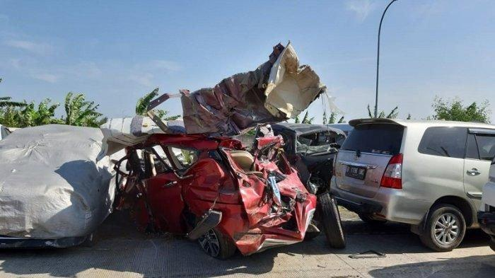 Mobil Mitsubishi Expander yang ringsek ditimpa bus Safari dalam kecelakaan di Jalan Tol Cipali Km 150, Senin (17/6/2019) dini hari. Dari tempat kejadian perkara, mobil bernopol B 8137 PI itu dievakuasi ke kantor Polisi Jalan Raya (PJR) Kertajati, Kadipaten, Majalengka, Jawa Barat.