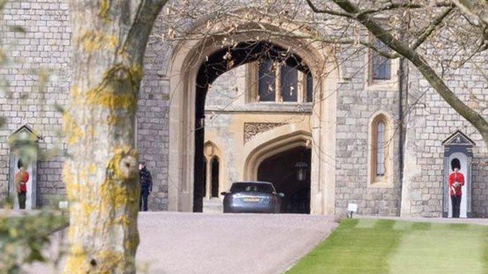 Mobil Pangeran Charles tiba di Kastil Windsor pada hari Jumat (9/4/2021).