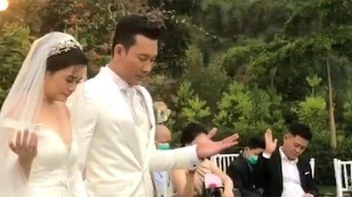 Momen Denny Sumargo dan Olivia Allan berdoa setelah acara pemberkatan nikah