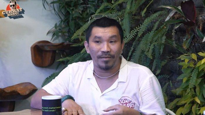 Mongol Stres saat menjadi bintang tamu di kanal YouTube Denny Sumargo.