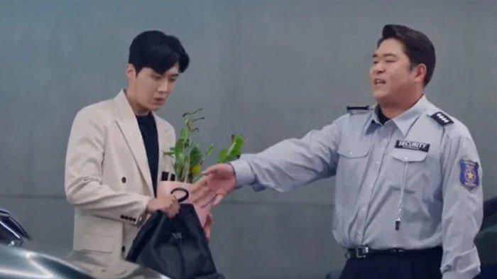 Aktor Moon Se Yoon (kanan)