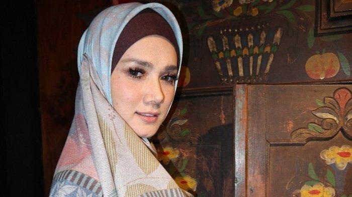 Tinggalkan Image Seksi, Ini Deretan Foto Cantik Mulan Jameela dalam Balutan Hijab