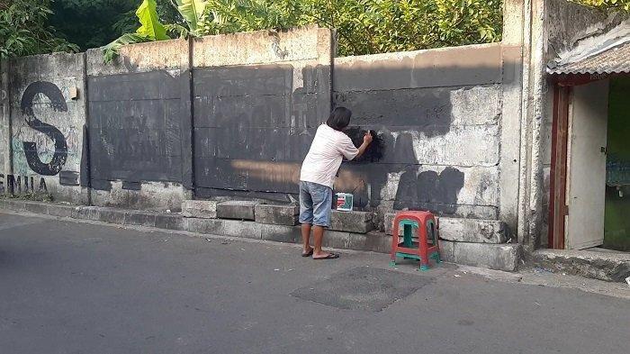 Mural yang mengkritik pemerintah lagi-lagi dihapus, di dekat mal Grand Indonesia, Jalan Kebon Kacang, Kecamatan Tanah Abang, Jakarta Pusat, Kamis (26/8/2021).