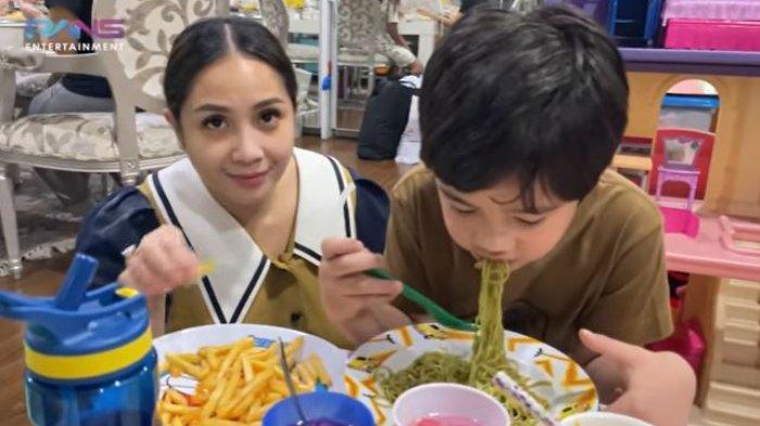 Nagita Slavina Bangga Rafathar Puasa Full, Lahap Makan Saat Buka Sampai Minta Nambah: 'Laper Ya'