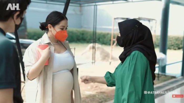 Nagita Slavina dan Aurel Hermansyah gemas saling tunjukkan baby bump kehamilan.