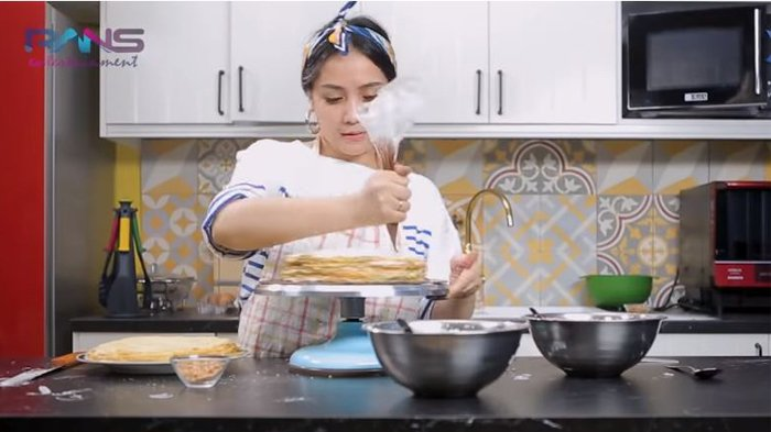 Nagita Slavina Pamer Aksi Buat Cake 30 Lapis, Keluarga Takjub Saat Ia Potong Kue