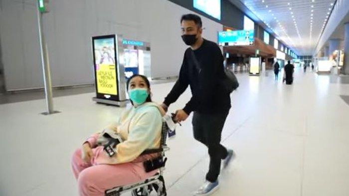Nagita Slavina pakai kursi roda di bandara Turki, tak kuat jalan karena perut kram.