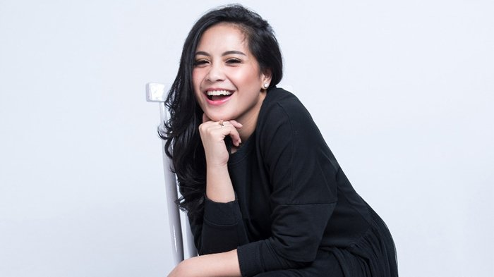 Nagita Slavina Menggunakan Sandal dengan Warna Mencolok, Netizen Terkejut dengan Harganya!
