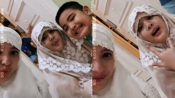 Nia Ramadhani dan anaknya tampak mengenakan mukena saat selesai shalat Magrib.