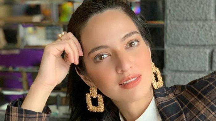 Tampil Tanpa Make Up Saat Nyoblos di TPS, Nia Ramadhani Banjir Pujian Netizen