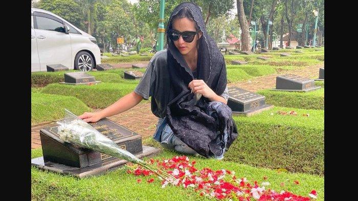 Nia Ramadhani Ziarah Bersimpuh di Samping Makam Ayah, Tulis Pesan Haru: Supaya Aku Selalu Bersyukur