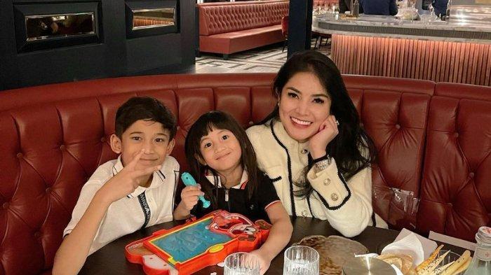 Nindy Ayunda bersama dua anaknya.