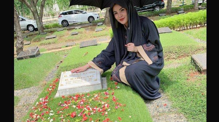 Nindy Ayunda ziarah ke makam ayah.