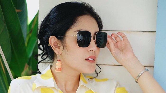 Modelnya Klasik dan Elegan, Intip Harga Bag yang Ditenteng Nindy Ayunda
