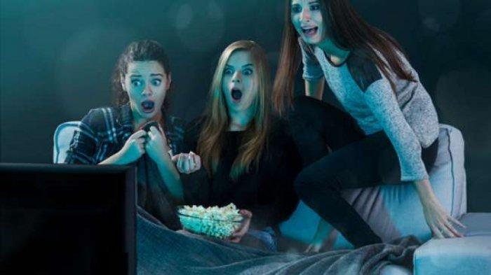 Ilustrasi menonton film horor.