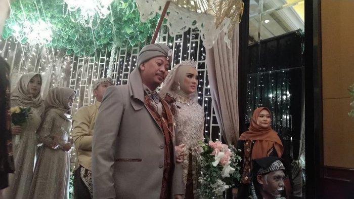 Resepsi pernikahan Opick dan Bebi Silvana dibuka dengan adat Sunda mapag panganten di Hotel Arya Duta, Jalan Sumatera No 51, Senin (17/1/2018) malam.
