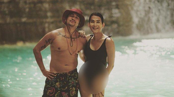 Oscar Lawalata pakai baju renang perempuan model one piece, berpose dengan Mario Lawalata.