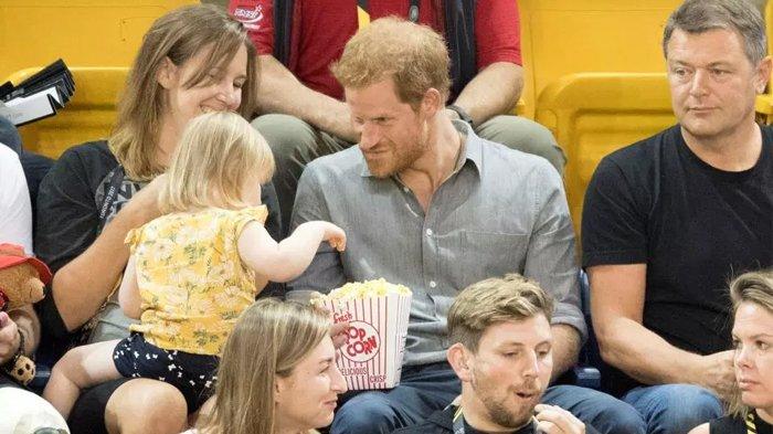 Tak Sadar Popcorn-nya 'Dicuri' Bocah, Reaksi Prince Harry Bikin Penonton Berkata: Diana akan Bangga