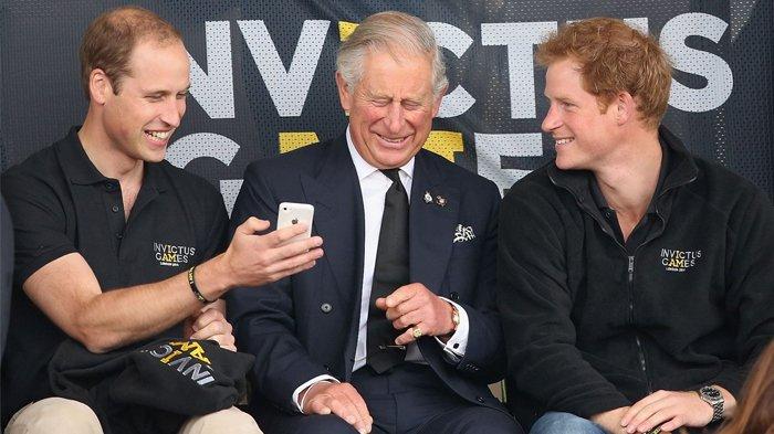 Tak Selalu Ikuti Aturan, 10 Foto Ini Jadi Bukti Keluarga Kerajaan Inggris Juga Seperti Orang Biasa
