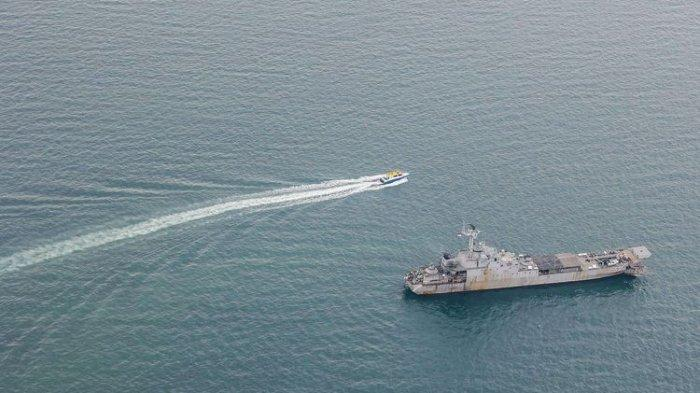 Pantauan udara dari pesawat angkut sedang CN-295 dalam misi pencarian korban dan puing pesawat Sriwijaya Air SJ 182 di atas perairan Kepulauan Seribu, Jakarta.