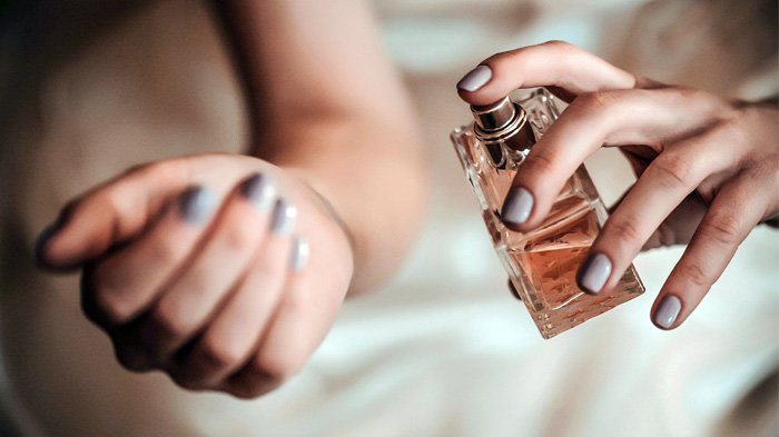 Menyemprotkan parfum