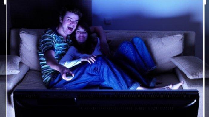 SYOK! Suami Istri Nonton Film Panas Buat Bakar Gairah, Malah Kaget Pemainnya Ternyata Anak Sendiri