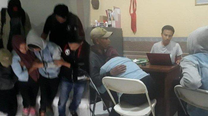 Pasutri di Tasikmalaya yang pertontonkan adegan ranjang secara live pada bocah-bocah SD kini ditahan polisi.